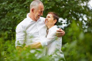 Verliebtes Paar Senioren umarmt sich in der Natur im Sommer