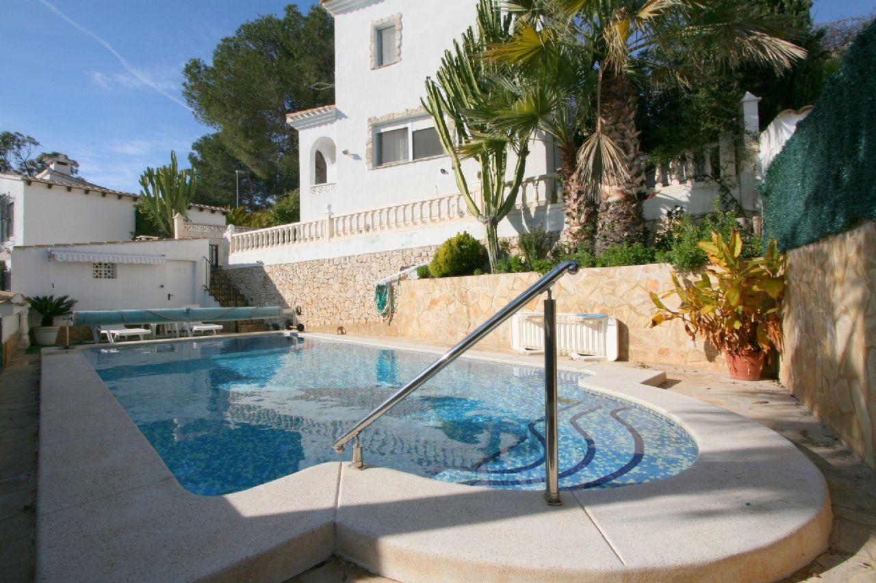Schöne kleine Ferienvilla mit Meerblick und Pool