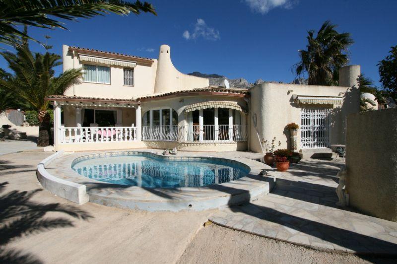 Schöne Villa mit Pool und flachem Grundstück