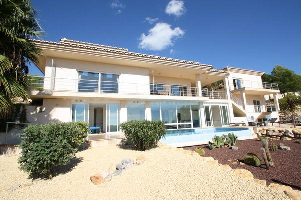 Moderne Luxusvilla mit Panoramablick und grossem Grundstück