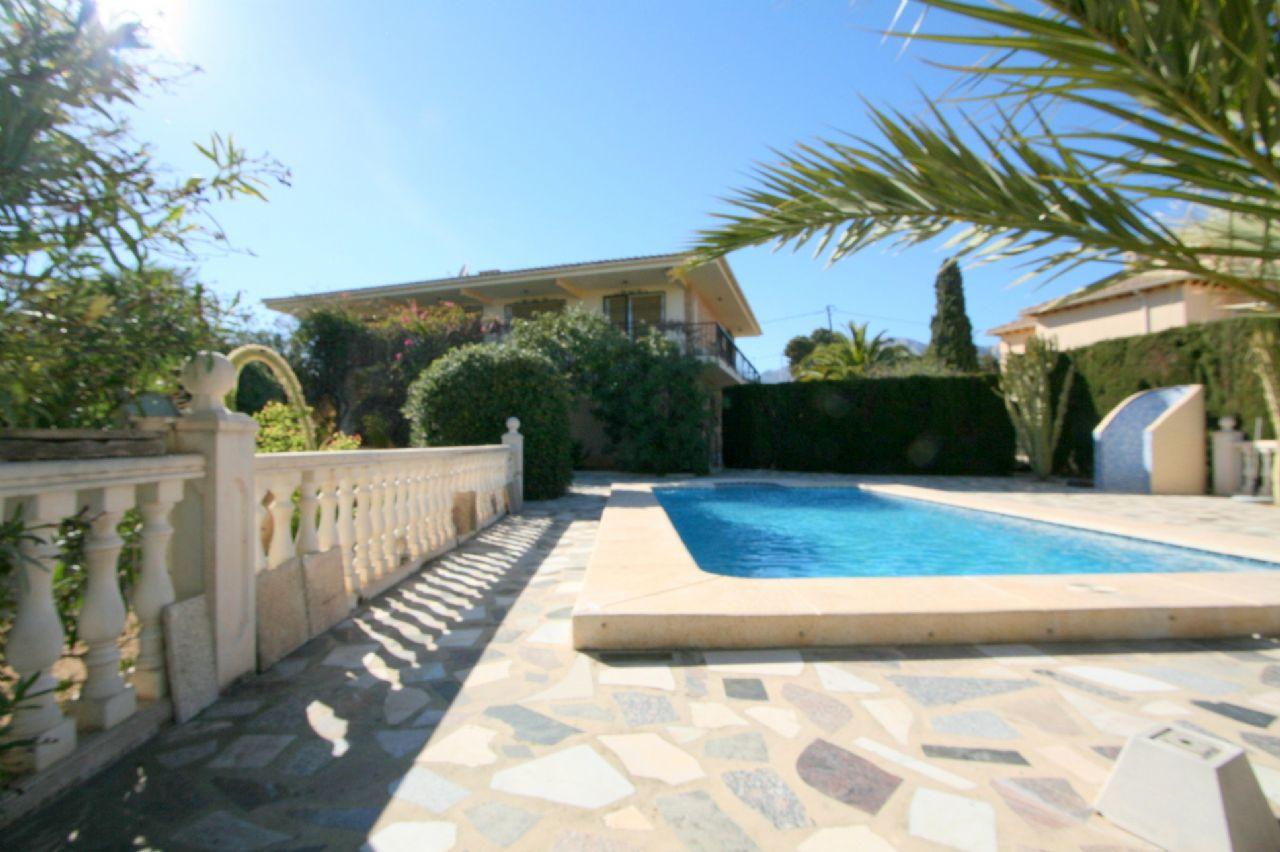Villa mit grossem Garten und Pool in Alfaz del Pi zu verkaufen