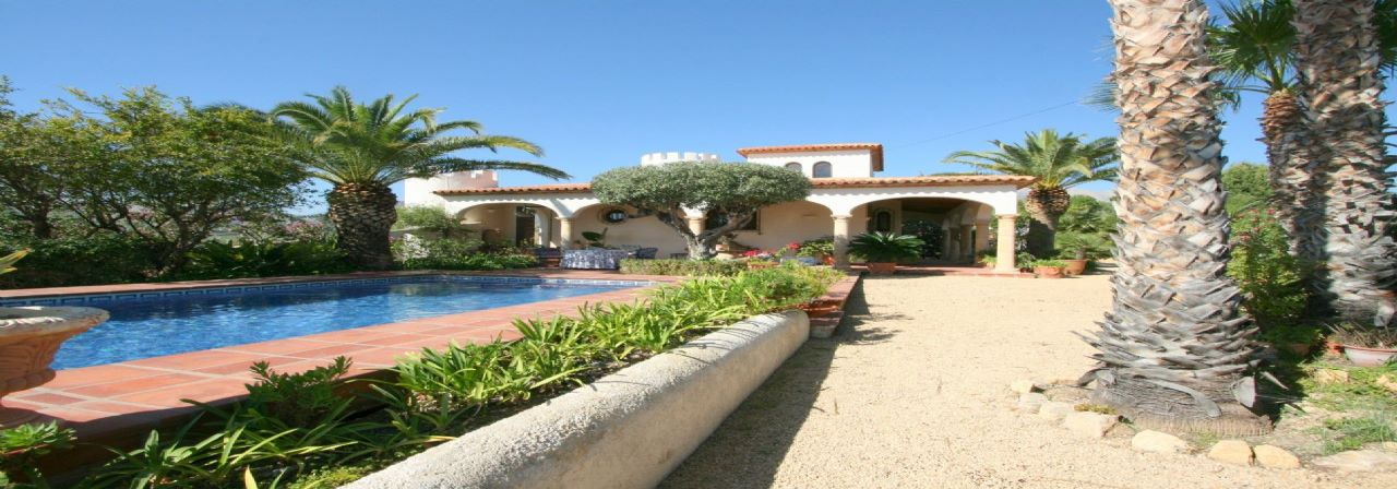 Nice large house with seaviews in good location in La Nucia for sale