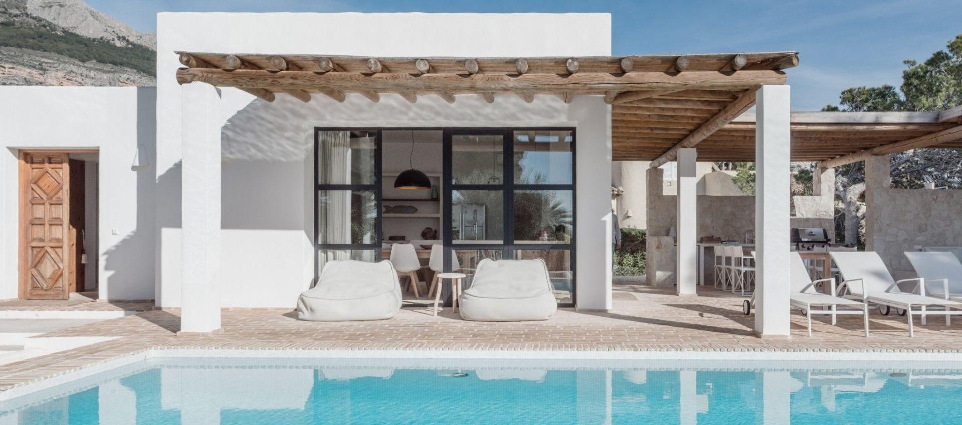 Se vende villa de estilo ibicenco con piscina en un lugar exclusivo de Altea